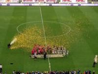 Puchar dla piłkarzy Juventusu Turyn za wygraną w Super Meczu