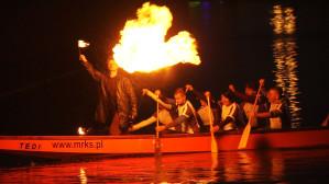 Nocna parada smoczych łodzi na Motławie