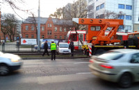 Auto wjechało na tory tramwajowe