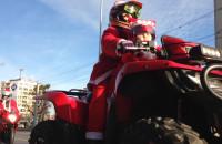 Mikołaje na motocyklach witają się z dziećmi