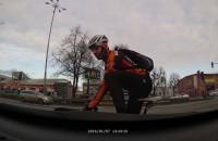 Rowerzysta zaatakował samochód