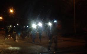 Grupa osób z latarkami na czołach biegnie przez Jasień