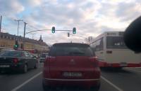 Tramwaj wjeżdża na czerwonym