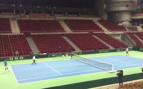 Polscy tenisiści trenują na korcie w Ergo Arenie