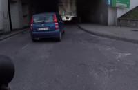 """Kierowca """"pozdrawia"""" rowerzystę"""