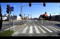 Radiowóz zawraca na skrzyżowaniu, gdzie...