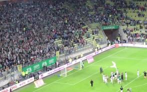 Radość piłkarzy i kibiców Lechii Gdańsk po zwycięstwie nad Legią Warszawa 2:0