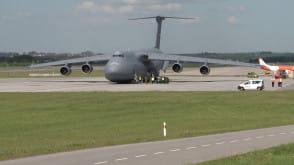 Samolot transportowy armii amerykańskiej na lotnisku w Gdańsku
