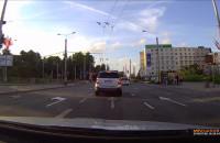 Klasyk.  Fiat na prawym pasie na czerwonym.
