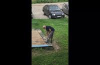 Kradzież piasku u dzieci