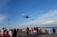 Wojskowy śmigłowiec krąży nisko nad molo w Brzeźnie