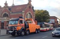 Holowanie autobusu po awarii spod dworca w Gdańsku
