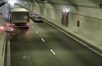 Ciężarówka spycha auto na ścianę tunelu pod Martwą Wisłą