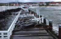 Skutki nocnego sztormu na molo w Sopocie