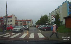 Zagrożenie dla dzieci na przejściu dla pieszych przy szkole podst. nr 19 na Oruni Górnej.
