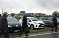 Błoto i tysiące aut na parkingu przy cmentarzu Łostowickim