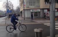 Jadą rowerzyści drogą w Gdyni