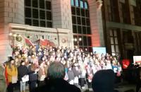 Pieśni patriotyczne na schodach Dworu Artusa