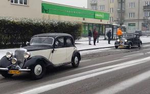 Zabytkowe auta  w drodze na paradę w Gdyni