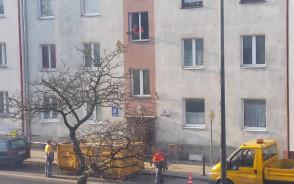 Gruz wyrzucany przez okno