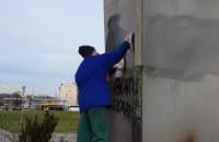 Usuwanie pseudograffiti z Pominka Poległych Stoczniowców 1970