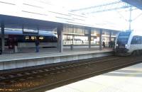 Z którego peronu odjeżdża pociąg na linii PKM?