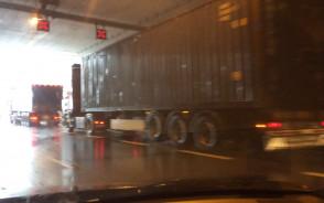 TiR-y blokują pas w tunelu pod Wisłą