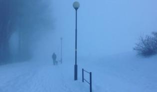 Bardzo gęsta mgła w centrum. ...