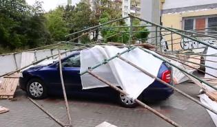 Zawalone rusztowanie na samochody