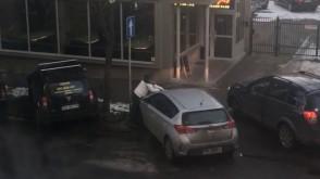 Mężczyzna łamie wycieraczki samochodów na ul. Mściwoja w Gdyni