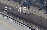 Marynarz ratuje mężczyznę spod kół pociągu