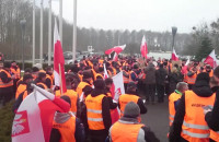 Okrzyki protestujących pod siedzibą spółki Lotos Kolej