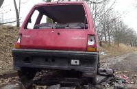 Wrak Daewoo Tico zalega na ul. Sybiraków w Brzeźnie