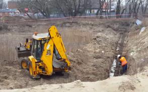 Coraz więcej ciężkiego sprzętu na działce wstydu w Brzeźnie