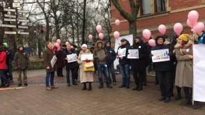 Protest przed sesją rady miasta ws. dofinansowania in vitro