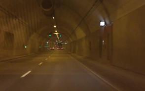 Tunelem spokojnie jedziemy 70 km/h