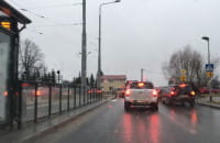 Sznur aut czekających na wjazd z Bulońskiej w Myśliwską
