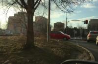 Cztery wozy strażackie na sygnale jadą w stronę Moreny
