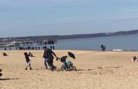 Wiosenny sezon na plażowanie rozpoczęty w gdańskim Brzeźnie