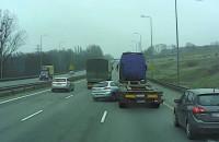 Moment zderzenia osobówki z ciężarówką