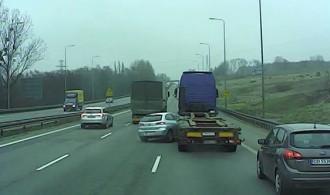 Moment zderzenia osobówki z ciężarówką na obwodnicy