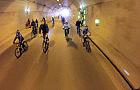 Rowerzyści w tunelu pod Martwą Wisłą