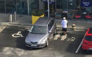 Zaparkował ja łoś
