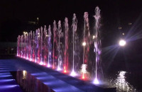 Nocna iluminacja fontanny obok ECS-u