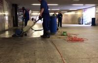 Zobacz: Jak czyści się posadzkę w tunelu przy dworcu