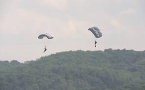 Skoki ze spadochronami komandosów Formozy