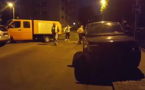 Groźne zderzenie suva ze śmieciarką w Brzeźnie