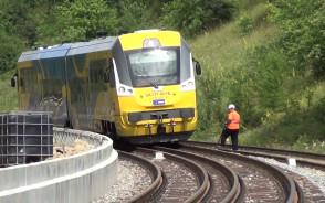 Przejazd pociągu nowym splotem torowym w Gdyni Karwinach