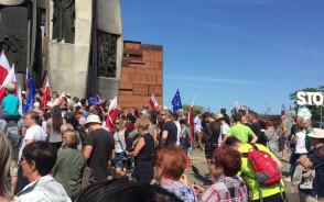 Protest pod Pomnikiem Poległych Stoczniowców