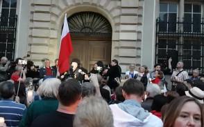 Lech Wałęsa przemawia pod sądem w Gdańsku